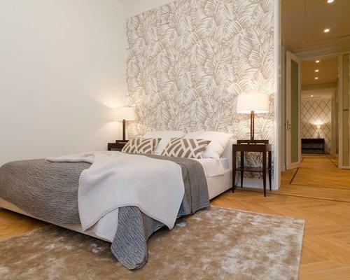 Mittelgroßes Klassisches Schlafzimmer Ohne Kamin Mit Weißer Wandfarbe Und  Braunem Holzboden In Hamburg