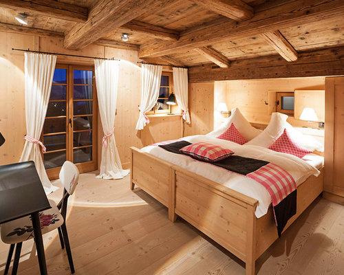 Lieblich Mittelgroßes Country Gästezimmer Mit Brauner Wandfarbe, Hellem Holzboden  Und Braunem Boden In München
