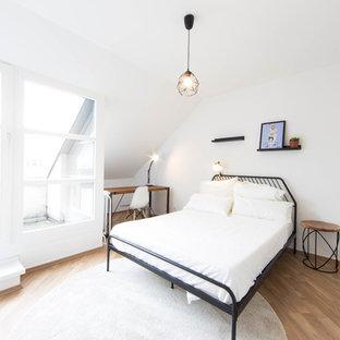 Mittelgroßes Skandinavisches Hauptschlafzimmer ohne Kamin mit weißer Wandfarbe, hellem Holzboden und braunem Boden in Berlin
