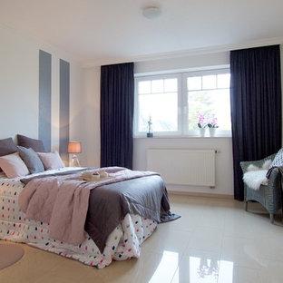 Großes Modernes Hauptschlafzimmer ohne Kamin mit weißer Wandfarbe und weißem Boden in Bremen