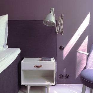 Idee per una camera matrimoniale contemporanea di medie dimensioni con pareti viola, pavimento in linoleum, nessun camino e pavimento bianco