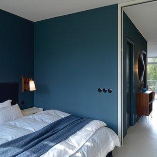Modelo de habitación de invitados actual, de tamaño medio, sin chimenea, con paredes azules, suelo de linóleo y suelo blanco