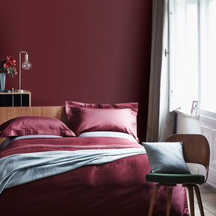 Foto di una camera da letto con pareti rosse