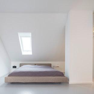 Imagen de dormitorio moderno, de tamaño medio, con paredes blancas, suelo de linóleo y suelo gris