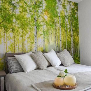 Foto de dormitorio principal, de estilo de casa de campo, de tamaño medio, sin chimenea, con paredes blancas, moqueta y suelo verde