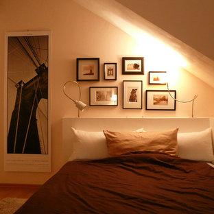 Diseño de dormitorio principal, contemporáneo, con paredes multicolor y suelo de madera en tonos medios