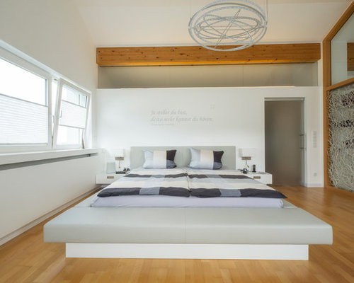 moderne schlafzimmer mit braunem holzboden ideen design houzz. Black Bedroom Furniture Sets. Home Design Ideas