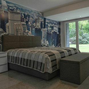 Foto de dormitorio principal, clásico, con paredes multicolor, suelo de piedra caliza y suelo beige