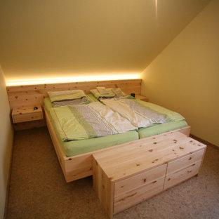 Modelo de dormitorio principal, campestre, extra grande, con paredes verdes, suelo de corcho y suelo marrón
