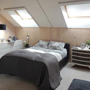 Modelo de dormitorio principal, nórdico, sin chimenea, con paredes blancas y suelo de madera pintada