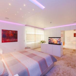 Cette photo montre une très grande chambre moderne avec un mur blanc et un sol beige.