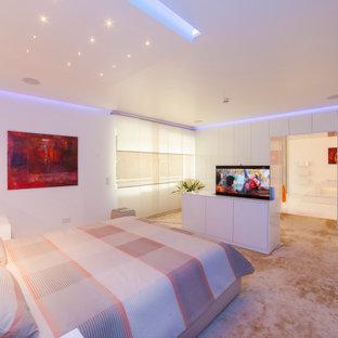 Inspiration pour une très grande chambre minimaliste avec un mur blanc et un sol beige.