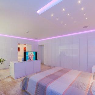 Imagen de dormitorio principal, minimalista, extra grande, con paredes blancas, moqueta y suelo beige
