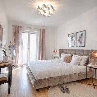 Mittelgroßes Modernes Hauptschlafzimmer ohne Kamin mit beiger Wandfarbe, Laminat und beigem Boden in Hannover