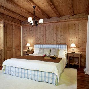 Großes Country Hauptschlafzimmer ohne Kamin mit brauner Wandfarbe, dunklem Holzboden und braunem Boden in München