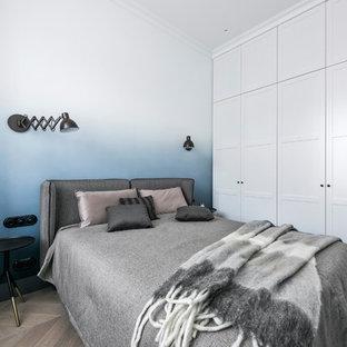 Skandinavisches Schlafzimmer ohne Kamin mit braunem Holzboden, braunem Boden und bunten Wänden in Stuttgart