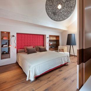 Großes Modernes Hauptschlafzimmer ohne Kamin mit weißer Wandfarbe, braunem Holzboden und braunem Boden in Sonstige