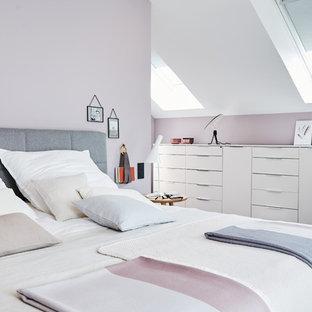 Mittelgroßes Modernes Hauptschlafzimmer ohne Kamin mit rosa Wandfarbe, Teppichboden und grauem Boden in Sonstige