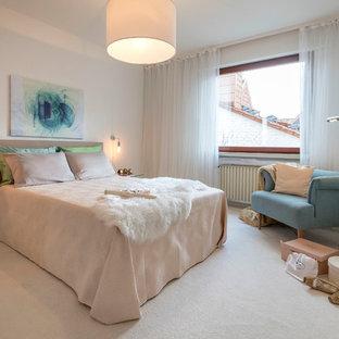 Mittelgroßes Klassisches Hauptschlafzimmer ohne Kamin mit weißer Wandfarbe, Teppichboden und beigem Boden in Frankfurt am Main