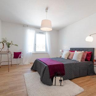 Mittelgroßes Modernes Hauptschlafzimmer ohne Kamin mit weißer Wandfarbe, hellem Holzboden und braunem Boden in Frankfurt am Main