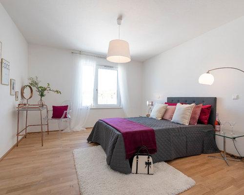 Mittelgroßes Modernes Hauptschlafzimmer Ohne Kamin Mit Weißer Wandfarbe,  Hellem Holzboden Und Braunem Boden In Frankfurt
