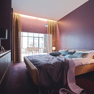 Mittelgroßes Modernes Hauptschlafzimmer ohne Kamin mit lila Wandfarbe und Teppichboden in Düsseldorf