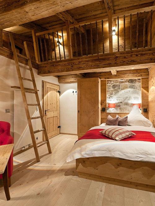 Mittelgroßes Uriges Schlafzimmer Mit Beiger Wandfarbe, Hellem Holzboden Und  Beigem Boden In München