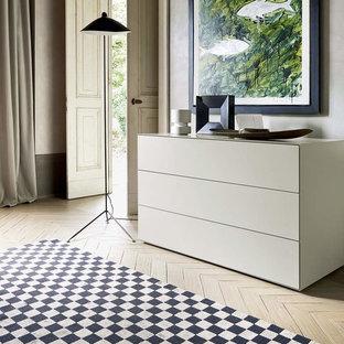 ベルリンの大きいコンテンポラリースタイルのおしゃれな主寝室 (グレーの壁、濃色無垢フローリング、茶色い床、暖炉なし、コンクリートの暖炉まわり) のレイアウト