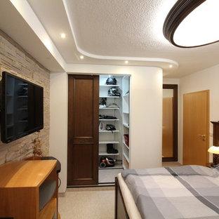 Ejemplo de dormitorio principal, exótico, extra grande, con paredes blancas, moqueta y suelo beige