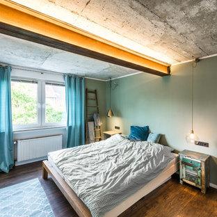 Mittelgroßes Eklektisches Hauptschlafzimmer ohne Kamin mit grüner Wandfarbe, dunklem Holzboden und braunem Boden in Köln