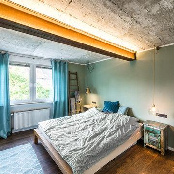 Schlafzimmer mit Betondecke