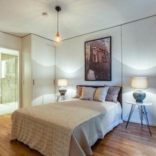 Großes Modernes Hauptschlafzimmer Ohne Kamin Mit Weißer Wandfarbe, Braunem  Holzboden Und Braunem Boden In Berlin