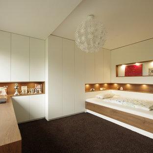 Mittelgroßes Modernes Schlafzimmer mit grauer Wandfarbe, Teppichboden und braunem Boden in Sonstige