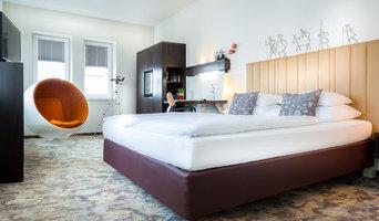 Schlafzimmer mit gemustertem Boden und Teleskop