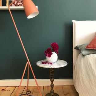 Schlafzimmer mit grüner Wand und Altrosa Accessoires