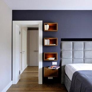 ミュンヘンの大きいコンテンポラリースタイルのおしゃれな主寝室 (紫の壁、濃色無垢フローリング、暖炉なし、コンクリートの暖炉まわり、茶色い床) のレイアウト