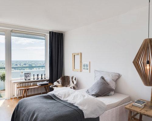 Mittelgroßes Nordisches Hauptschlafzimmer Ohne Kamin Mit Weißer Wandfarbe,  Beigem Boden Und Hellem Holzboden In München