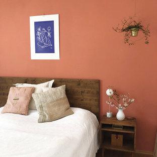 ミュンヘンの中くらいのコンテンポラリースタイルのおしゃれな主寝室 (オレンジの壁、淡色無垢フローリング、暖炉なし、茶色い床)