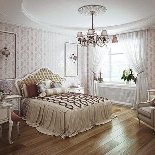 Mittelgroßes Klassisches Hauptschlafzimmer mit rosa Wandfarbe, braunem Holzboden und braunem Boden in Frankfurt am Main