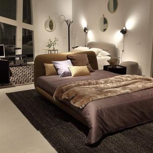 Ejemplo de dormitorio principal, tradicional, grande, con paredes beige, suelo de piedra caliza y suelo beige