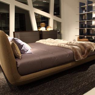 Modelo de dormitorio principal, clásico, grande, con paredes beige, suelo de piedra caliza y suelo beige