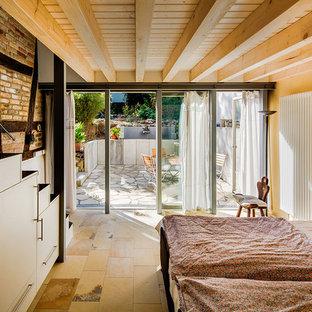 Foto de dormitorio principal, rústico, pequeño, con paredes amarillas y suelo de travertino