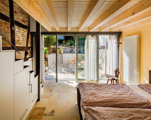 Kleines Rustikales Hauptschlafzimmer Mit Gelber Wandfarbe Und Travertin In  Frankfurt Am Main