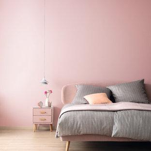 Свежая идея для дизайна: спальня в современном стиле с розовыми стенами - отличное фото интерьера