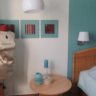 ベルリンの中サイズのエクレクティックスタイルのおしゃれな主寝室 (緑の壁、コルクフローリング、茶色い床) のインテリア
