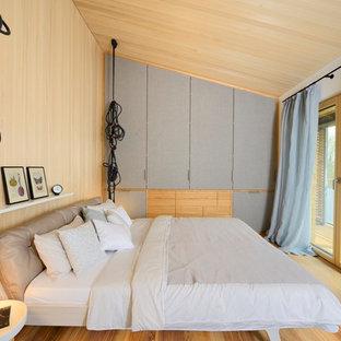 Mittelgroßes Modernes Schlafzimmer Mit Brauner Wandfarbe, Braunem Holzboden  Und Braunem Boden