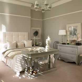 Esempio di una camera da letto classica con pareti grigie e moquette