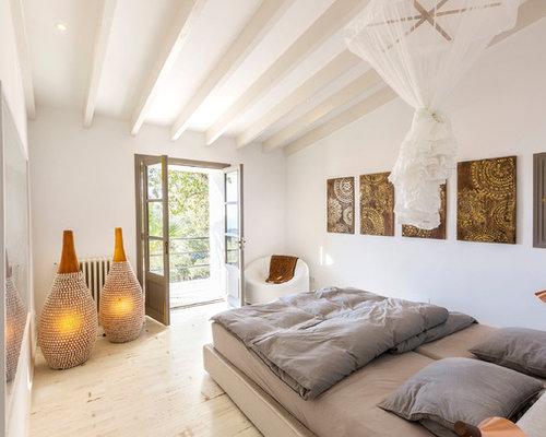 Mittelgroßes Mediterranes Schlafzimmer Ohne Kamin Mit Weißer Wandfarbe,  Gebeiztem Holzboden Und Weißem Boden In Frankfurt