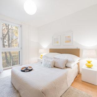 Foto de dormitorio principal, escandinavo, con paredes blancas, suelo de madera en tonos medios y suelo naranja