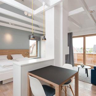 Kleines Nordisches Schlafzimmer Ohne Kamin Mit Grauer Wandfarbe Und Braunem  Holzboden In Sonstige